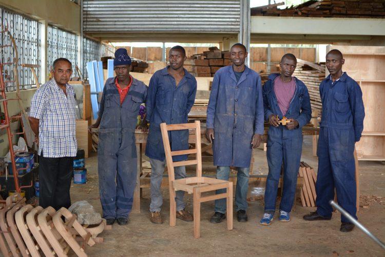 V stolárskej a zváračskej dielni centra sa rozbieha výroba nábytku na zákazky