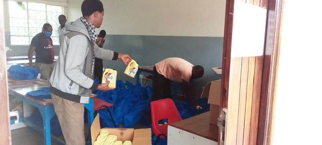 staff_packing_the_food_items