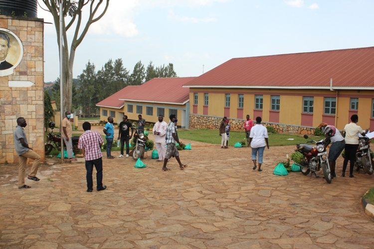 AGL - Uganda - Nmugongo. Food distribution 02